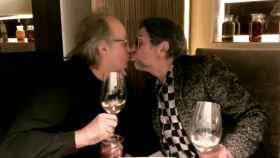 Joan Manuel Serrat y Sabina besándose.