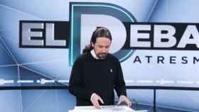 Pablo Iglesias repasa sus notas antes del debate de Atresmedia.