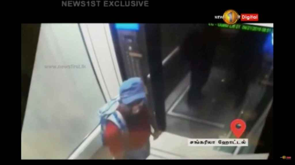 Imágenes de un sospechoso llevando una mochila antes de la explosión en el hotel Shangri La.