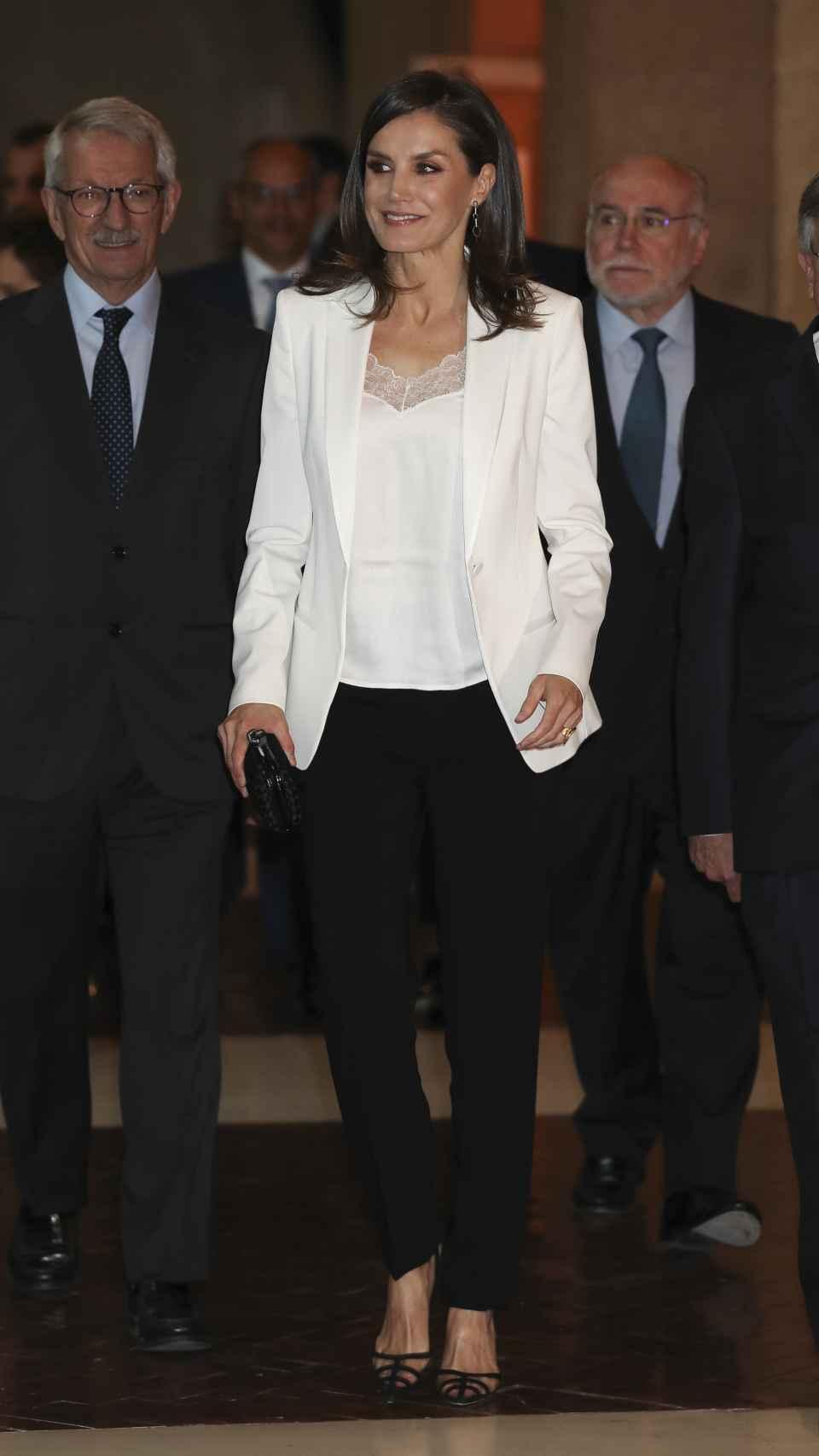 La reina Letizia ha optado por un conjunto 'black&White'.