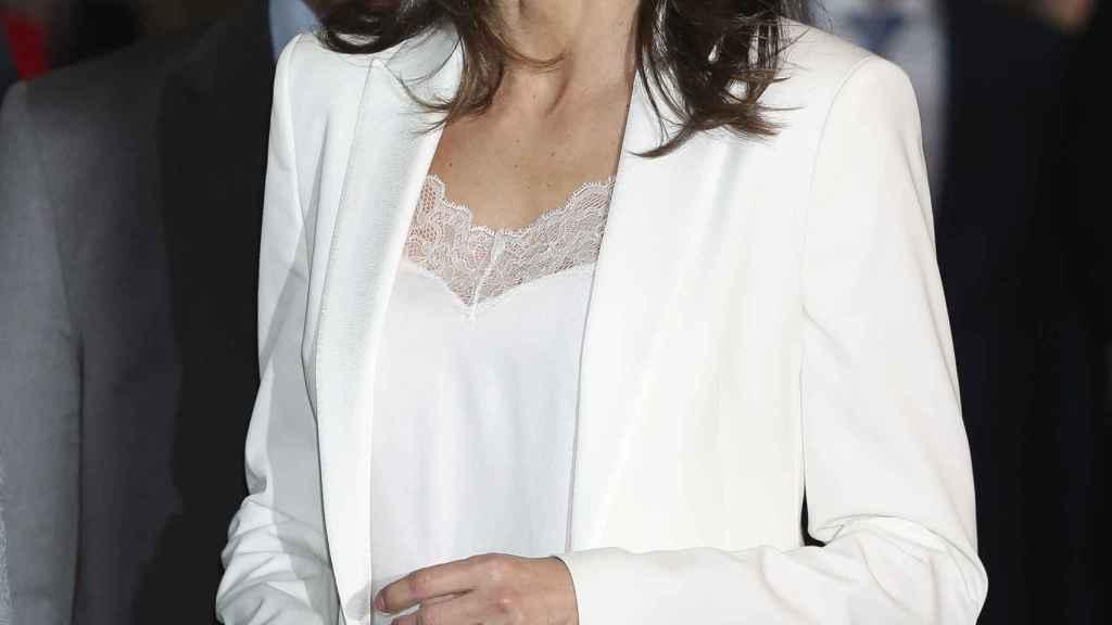 El bolso de la reina estaba firmado por Bottega Venta, y cuesta unos 1.500 euros; y el misterioso anillo.