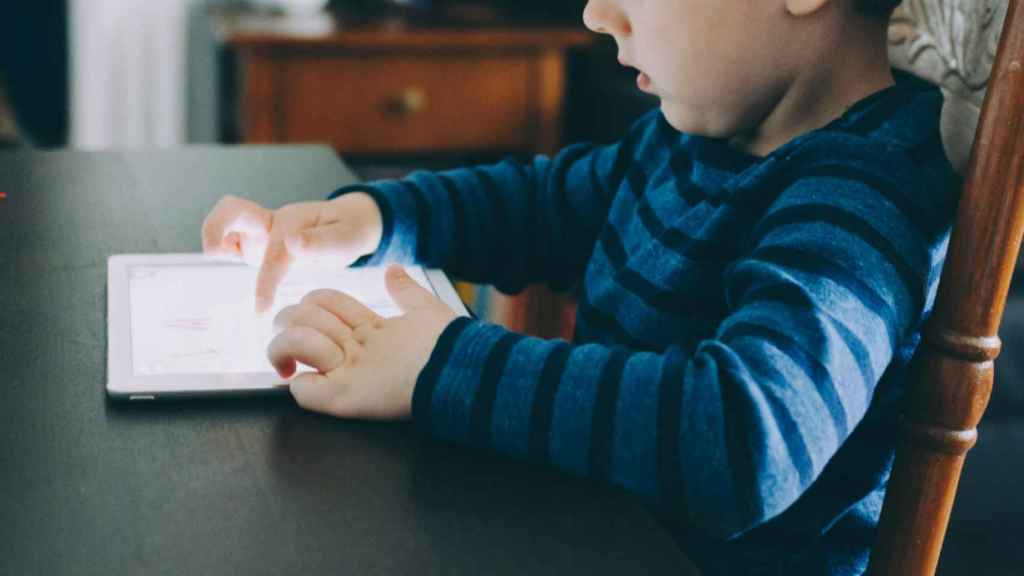 Niño con una tablet.