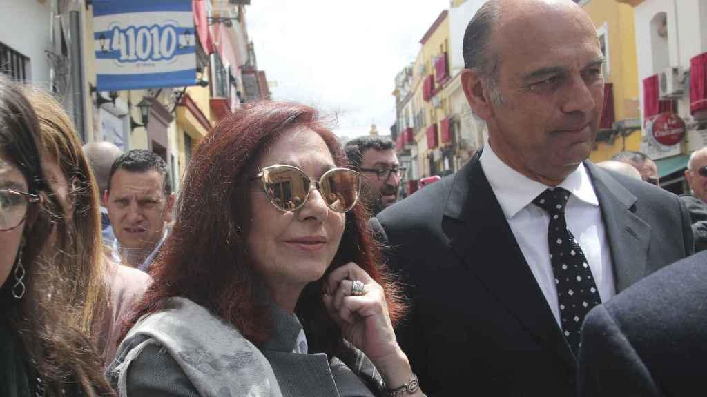 Ana Rosa Quintana y su marido, Juan Muñoz, por las calles de Sevilla.