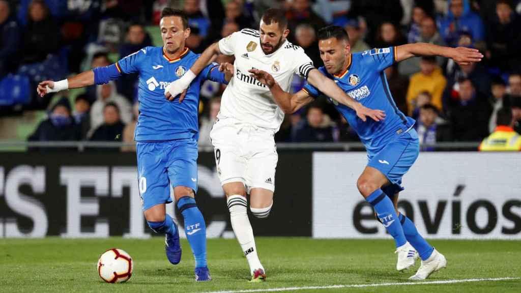 Karim Benzema se cuela entre dos jugadores del Getafe
