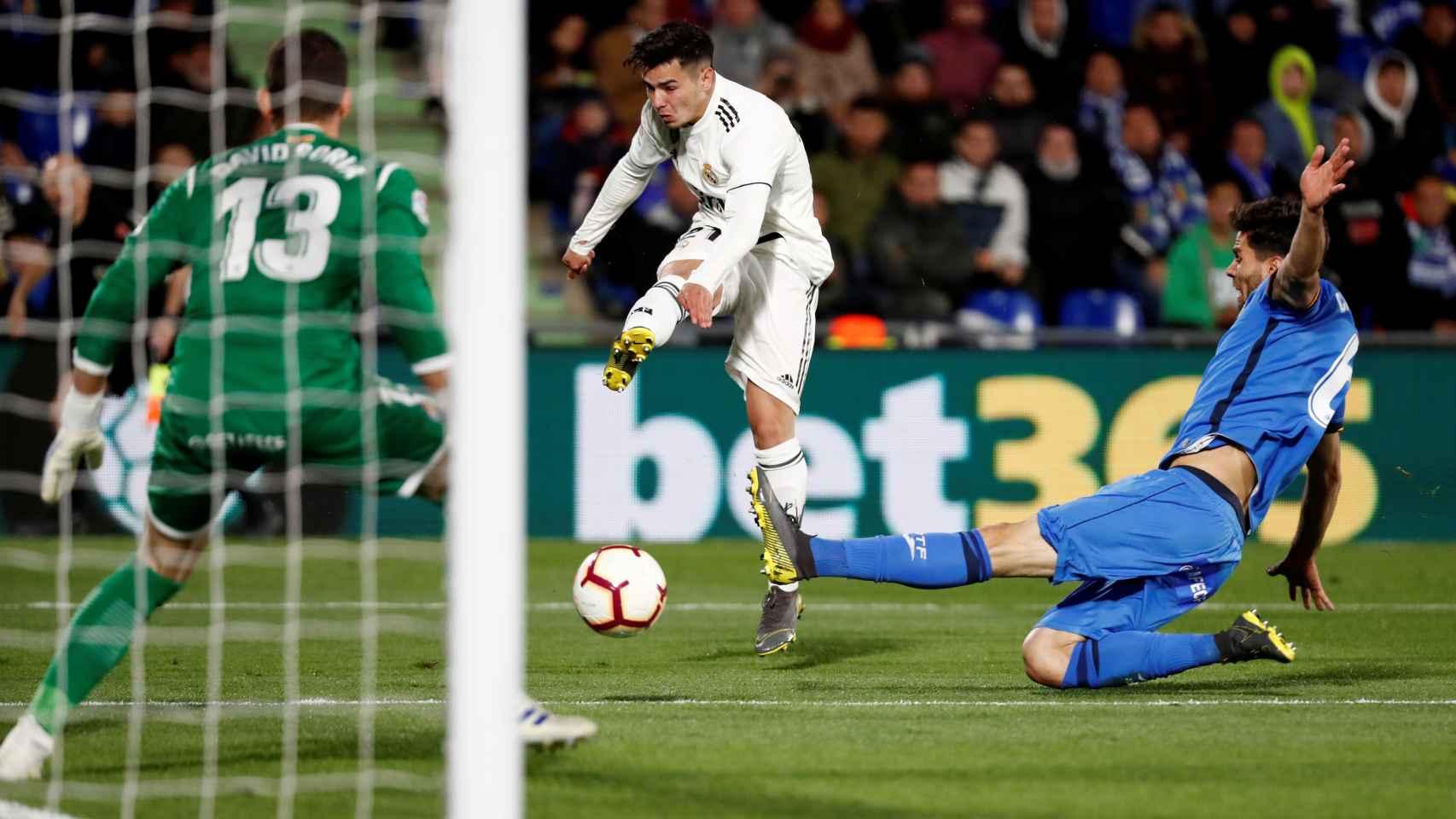Brahim Díaz dispara a portería tras dejar de lado a un jugador del Getafe