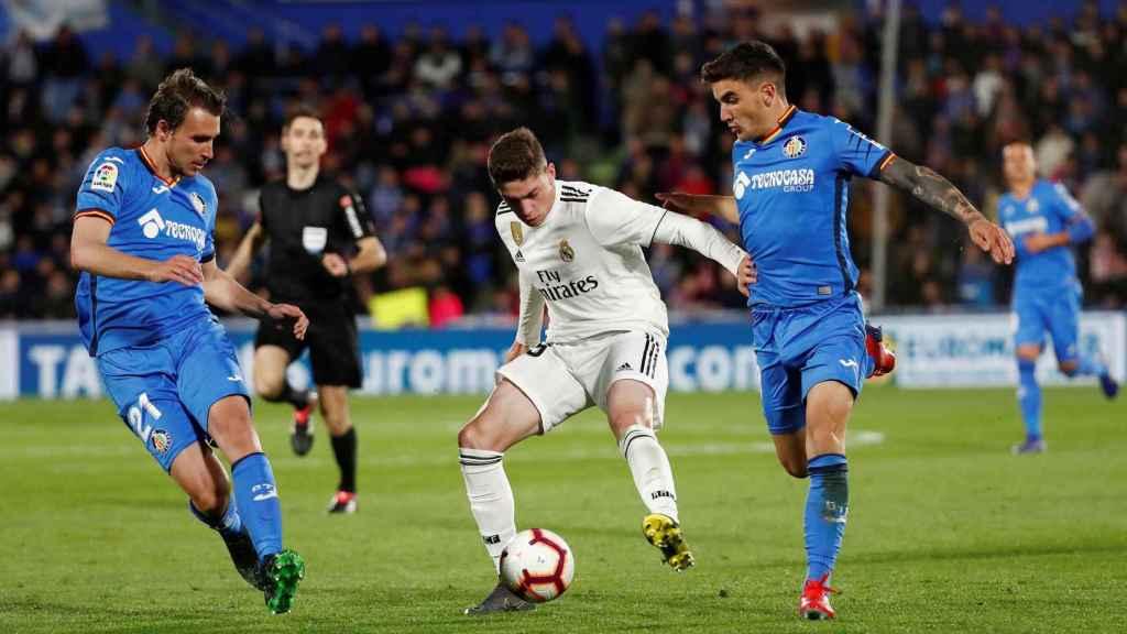 Fede Valverde defiende el balón frente a dos rivales