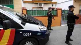 Policías nacionales durante el registro del domicilio del detenido en Marruecos.