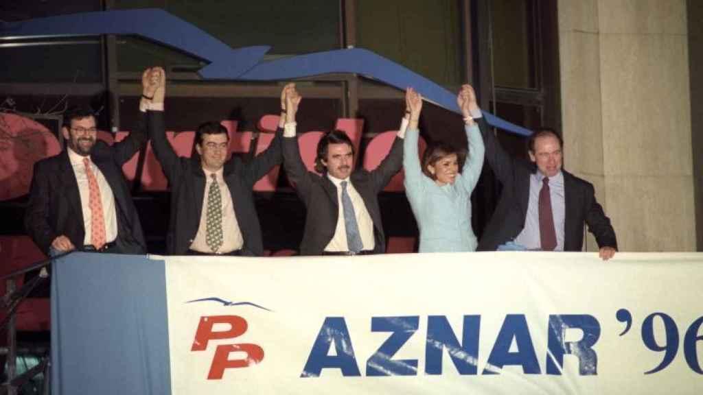 Aznar en el balcón de Génova tras ganar las elecciones en 1996.