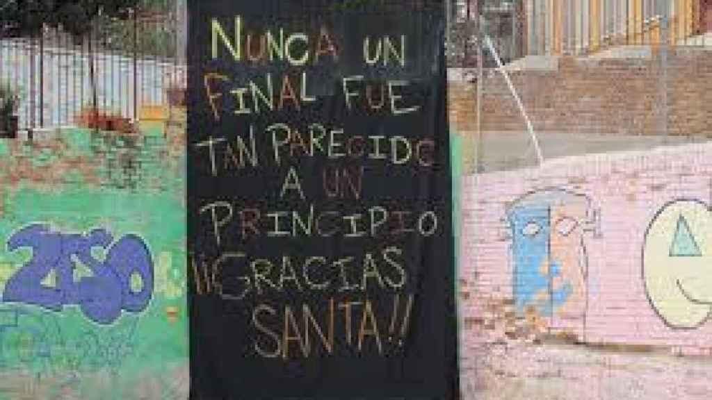 Despedida de los ex alumnos al colegio Santa Cristina cuando echó el cierre.