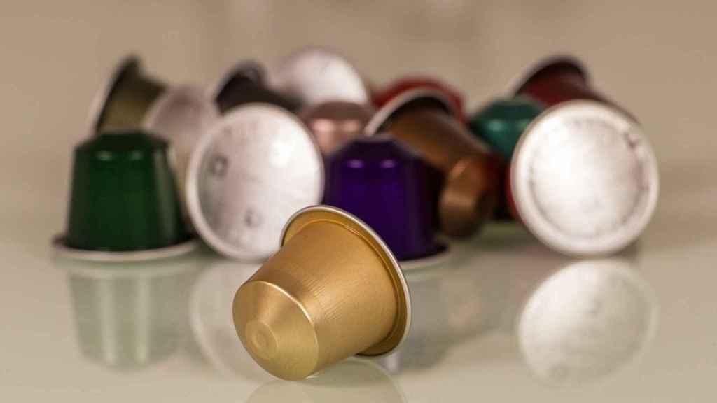 Varias cápsulas de café sobre una mesa