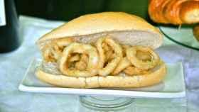 Un bocadillo típico de calamares.