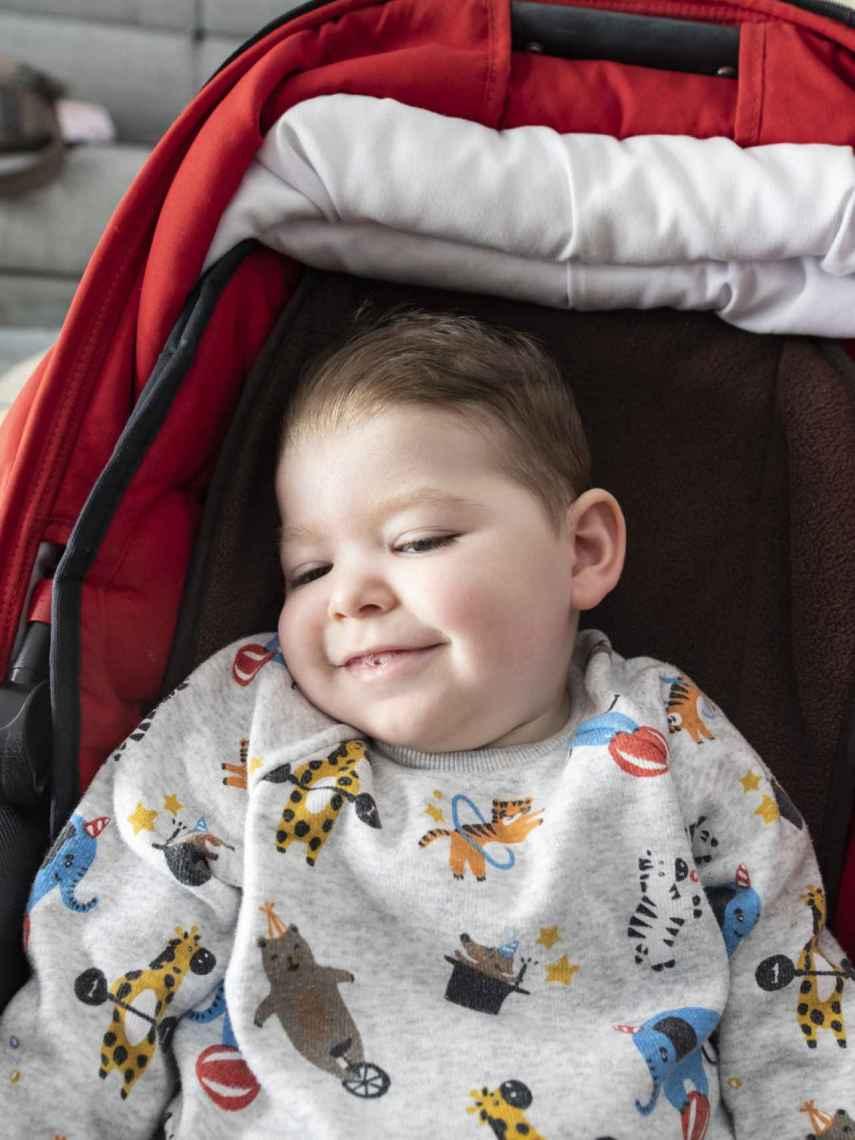 Hugo padece una enfermedad rara que en España sólo se le ha diagnosticado a él hasta el momento. Ahora necesita una sillada adaptada que cuesta 6.000 euros.