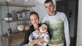 Hugo en brazos de su madre, Soraya, este pasado jueves. Junto a ellos, Juan, el padre del bebé.