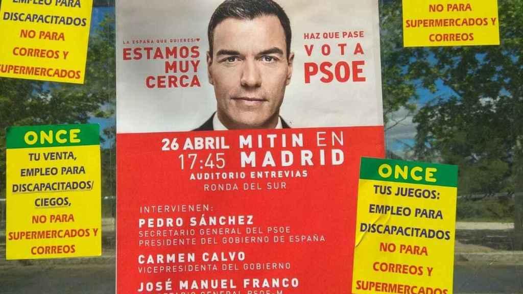 Pegatinas de las reivindicaciones, sobre una imagen electoral del PSOE.