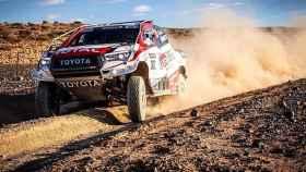 Fernando Alonso, a los mandos del Toyota del Dakar