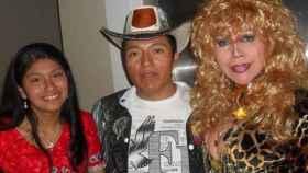 Delfín Quishpe junto a las artistas Wendy Sulca y la Tigresa de Oriente