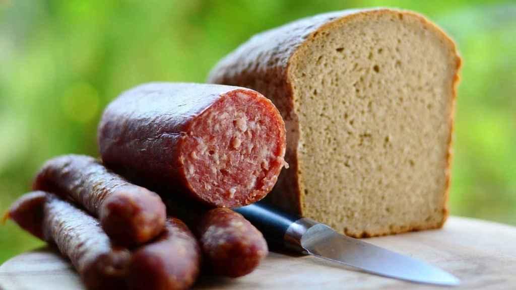 Un chorizo y una barra de pan