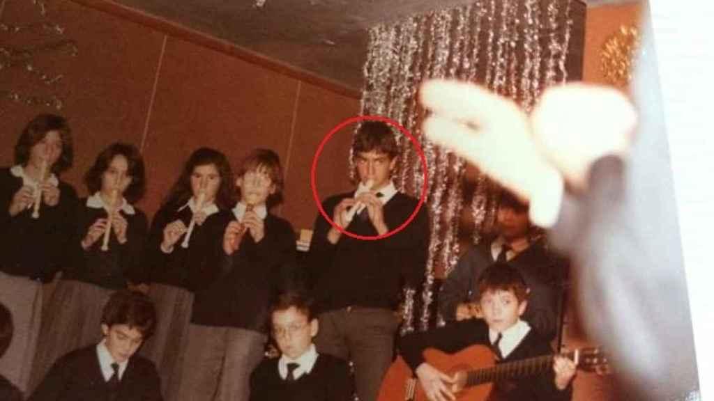 Sánchez, rodeado por un círculo rojo, con la flauta en la mano.