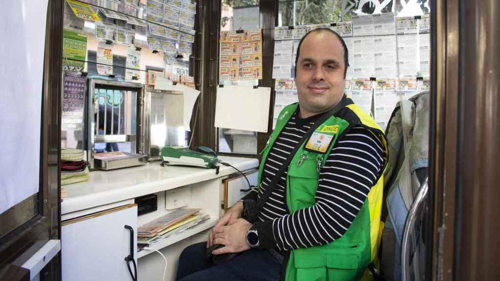 Iván, vendedor de la ONCE, en su puesto del barrio La Latina en Madrid.