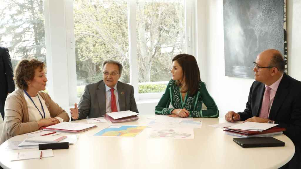 Aina Calvo Sastre, Directora Agencia Española de Cooperación Internacional para el Desarrollo; Juan Pablo de Laiglesia y Gonzalez de Peredo , presidente ex officio de la Agencia de Cooperación Internacional; la reina Letizia; y Jose Manuel Zuleta y Alejandro.