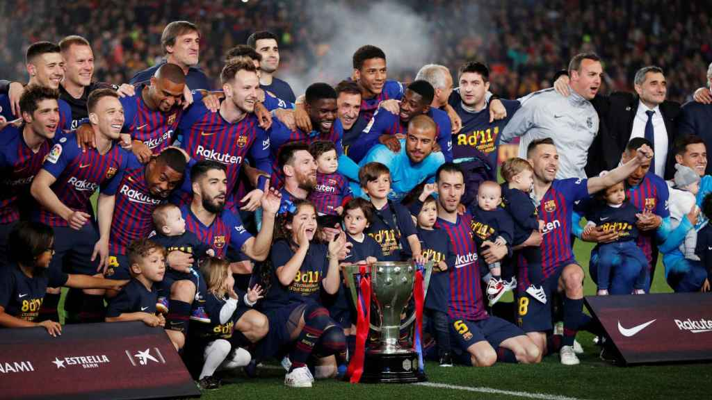 Los jugadores del Barça celebran el título de Liga en el césped del Camp Nou