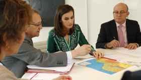 Letizia ultima los detalles de su viaje de cooperación junto a Juan Pablo de Laiglesia, presidente de la Agencia de Cooperación Internacional para el Desarrollo.