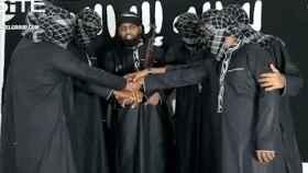 Mohamed Zahran (c) con los supuestos terroristas de Sri Lanka en un lugar desconocido.