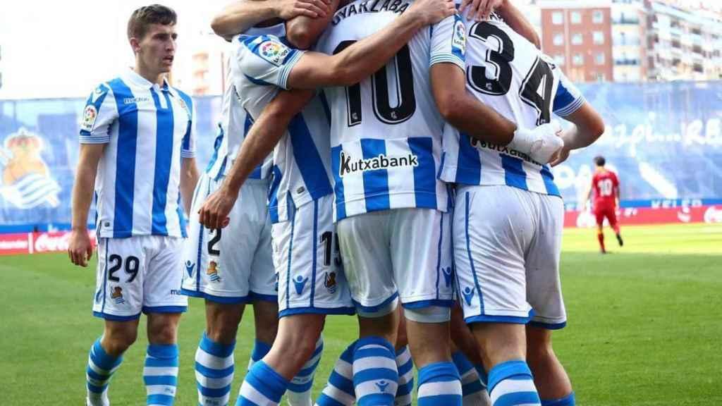 Los jugadores de la Real Sociedad tras anotar uno de los goles del partido. Foto: (Twitter @RealSociedad)