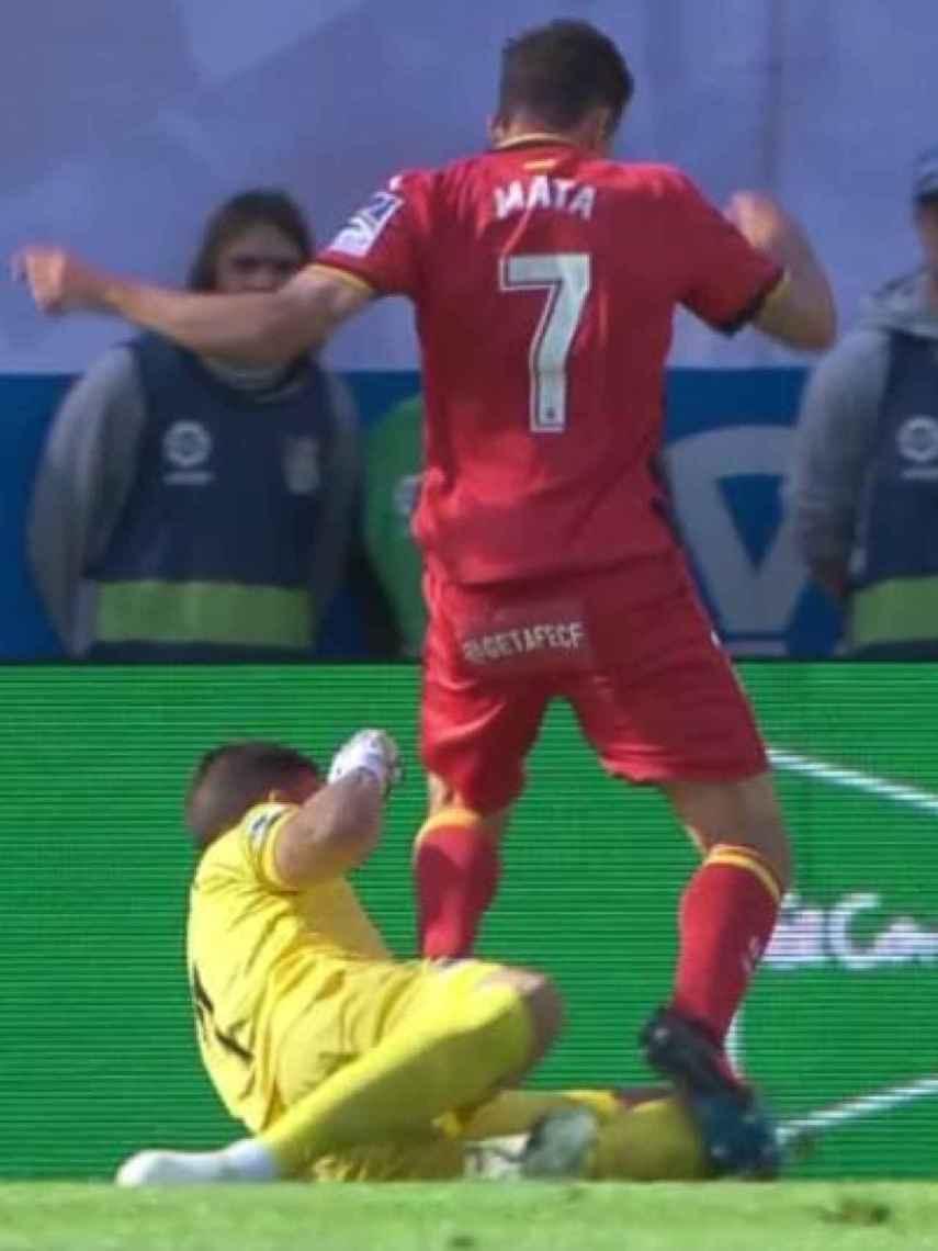 Rulli arrolla a Jaime Mata. Foto: Twitter (@elchiringuitotv)