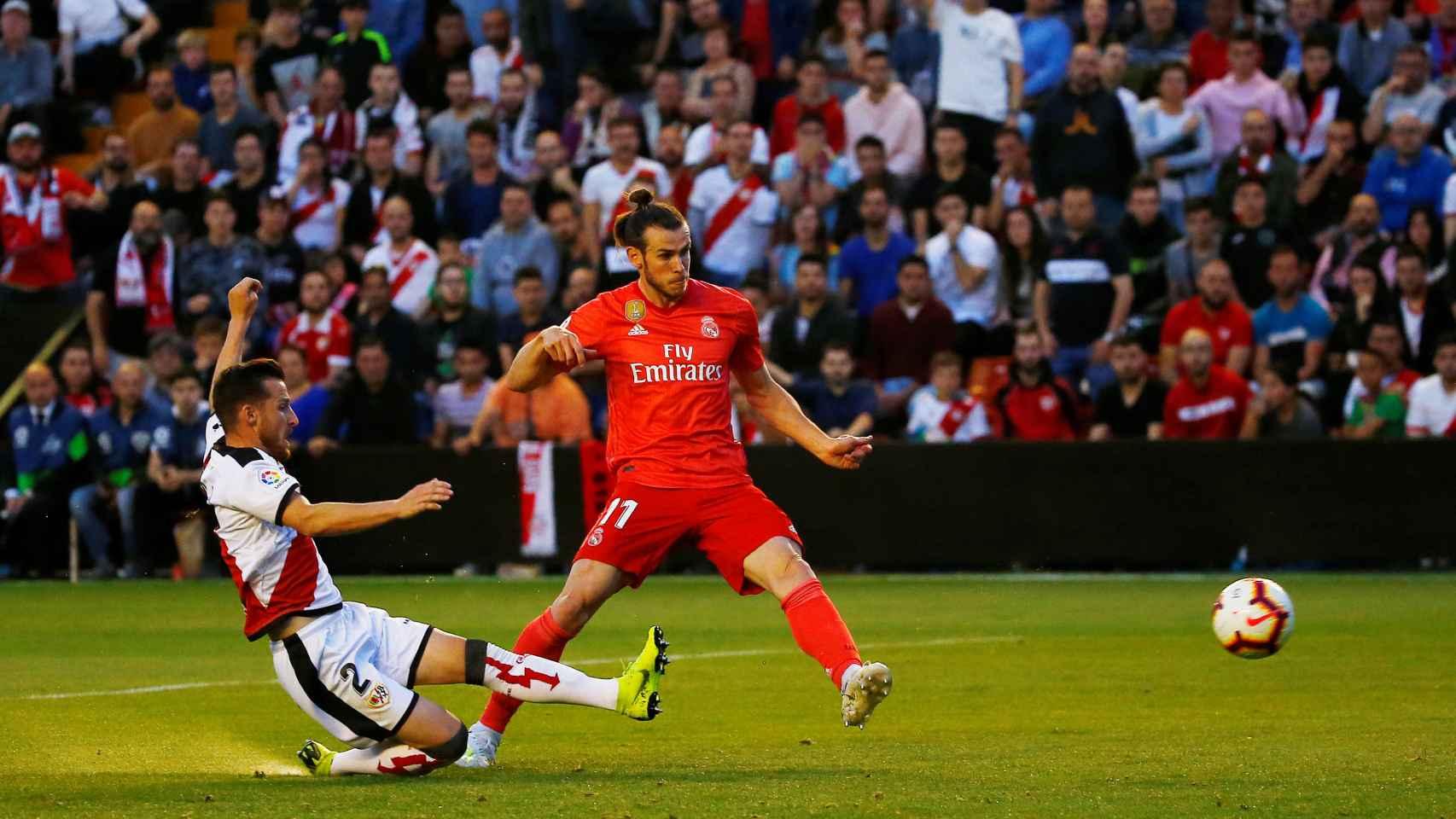 Tito intenta impedir que Gareth Bale dispare a portería