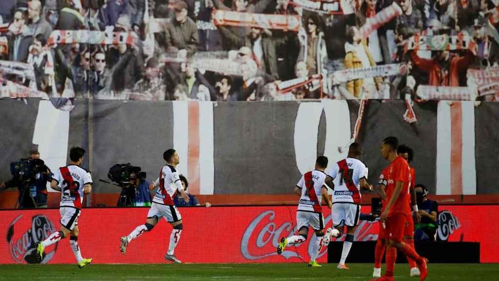 Los jugadores del Rayo Vallecano celebran el gol de Adri Embarba