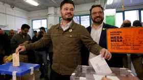 Gabriel Rufián vota en un colegio electoral de Sabadell.