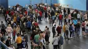 Cientos de personas hacen cola para votar e el pabellón polideportivo del Milladoiro, en Ames, a las afueras de Santiago.