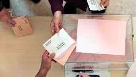 Una persona ejerce su derecho al voto en un colegio electoral de Valencia.