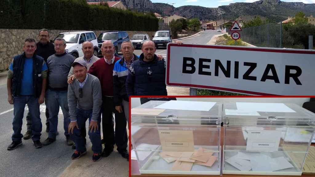 El alcalde pedáneo de Benizar junto al cartel del pueblo y varios vecinos