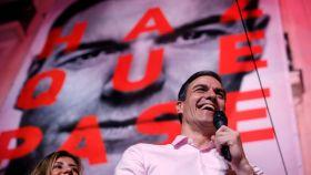 Pedro Sánchez dirigiéndose al público en el exterior de Ferraz