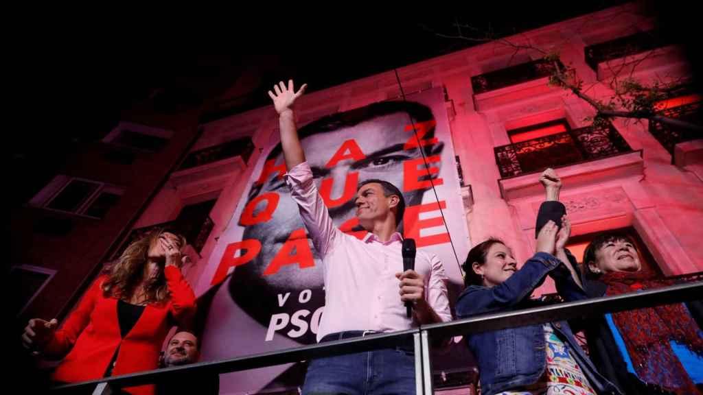 Pedro Sánchez saluda a sus simpatizantes concentrados frente a la sede de Ferraz.