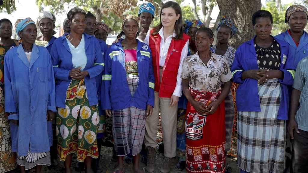 La reina durante su visita a Mozambique