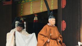 El emperador Akihito caminando hacia el ritual previo a su abdicación.