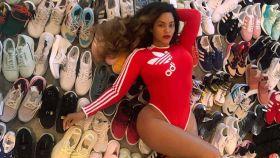 Beyoncé posa con decenas de pares de zapatillas deportivas Adidas.