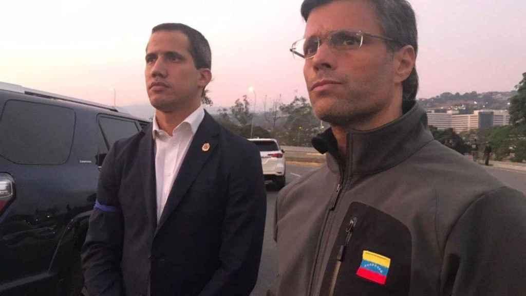 Juan Guaidó junto a Leopoldo López tras su liberación.