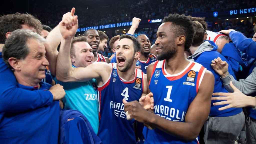 Los jugadores del Anadolu Efes celebran su clasificación a la Final Four