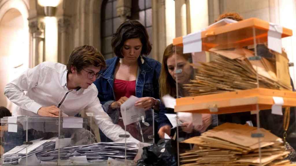 Las encargadas de una mesa, durante el recuento de votos