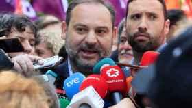 El secretario de Organización del PSOE y ministro de Fomento en funciones, José Luis Ábalos, hace declaraciones a los medios antes de participar en la manifestación convocada en Madrid con motivo del Primero de Mayo, Día Internacional de los Trabajadores.