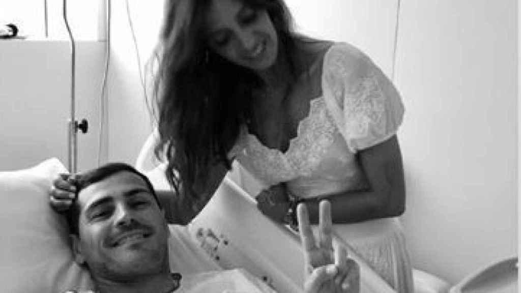 Sara Carbonero junto a Iker Casillas en el hospital.