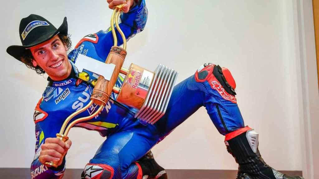 Álex Rins posa con el trofeo de ganador del Gran Premio de Las Américas, en el COTA de Austin.