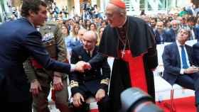 Casado saluda al arzobispo de Madrid, Carlos Osoro, ante la mirada de Garrido.
