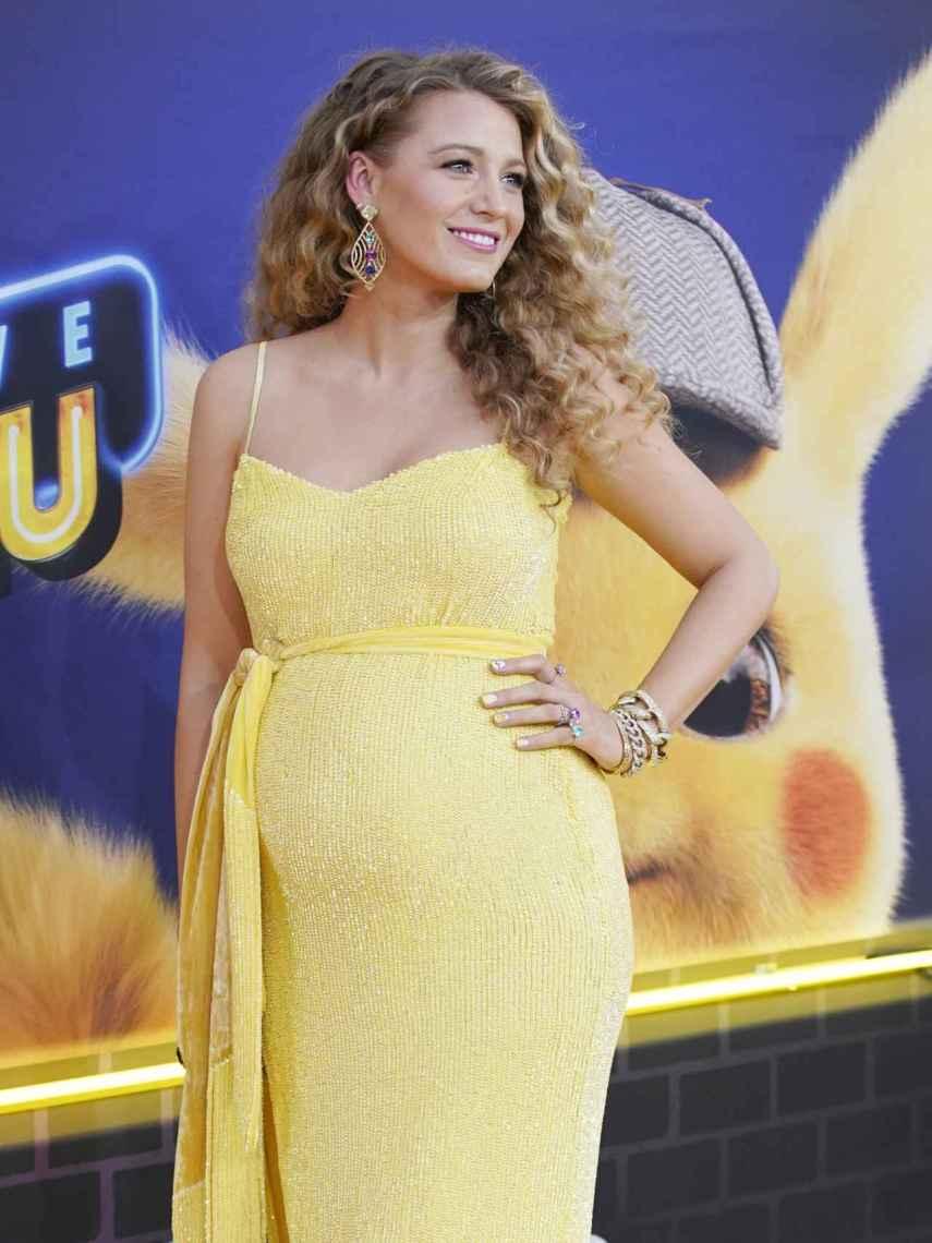 Blake Lively posó con un vestido amarillo metalizado en el que se podía ver su prominente barriga.