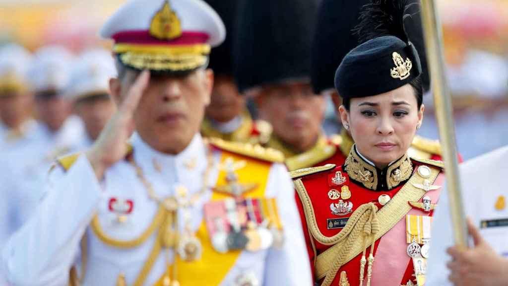 Fotografía de archivo que muestra al rey tailandés Maha Vajiralongkorn Bodindradebayavarangkun junto a la general Suthida Vajiralongkorn na Ayudhya , miembro de la Guardia Real tailandesa, durante una ceremonia en Bangkok (Tailandia), el 6 de abril de 2019.
