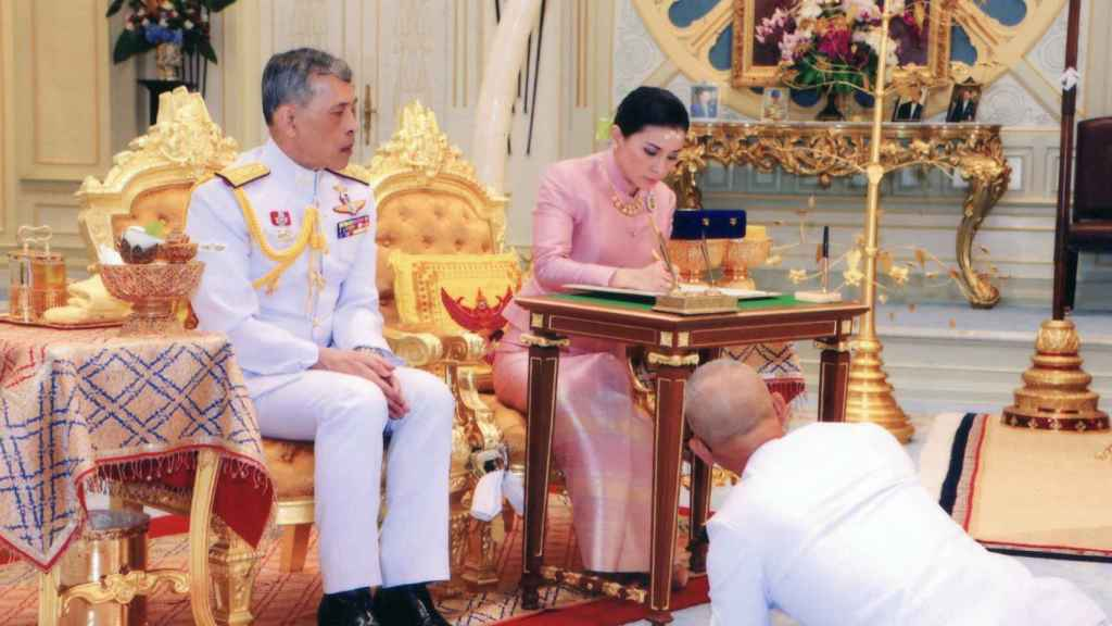 El rey Maha Vajiralongkorn Bodindradebayavarangkun de Tailandia y su esposa Suthida firman unos documentos tras su enlace durante una ceremonia en el Palacio de Dusit en Bangkok.